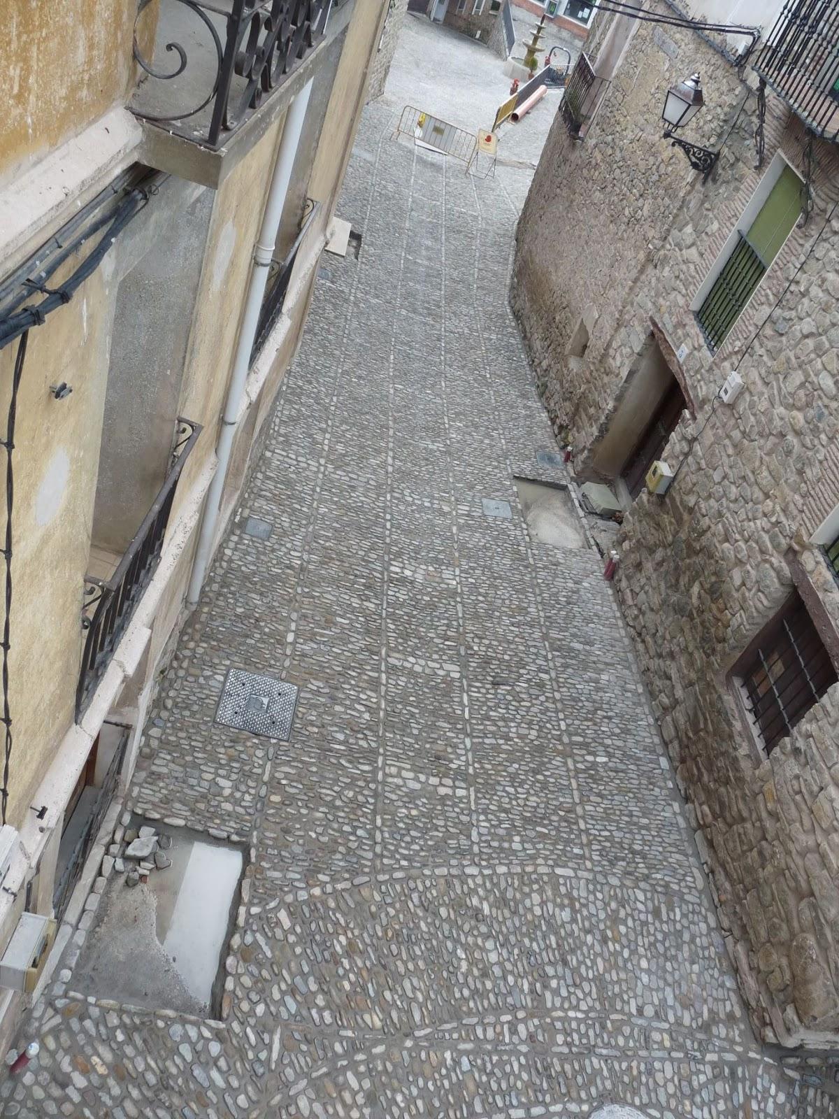 Calle de acceso al Barrio de Cantarranas con los tradicionales pasillos y divisiones entre ellos. San Román de Cameros