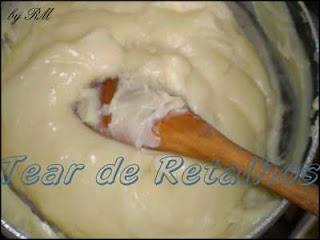 O miolo da sobremesa é feito com creme misturado com claras em neve