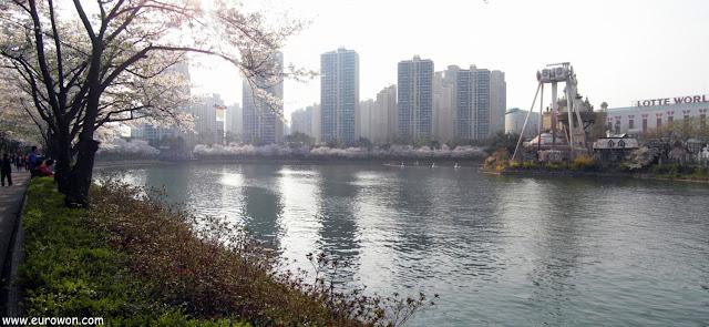 Apartamentos y Lotte World tras los cerezos de Seocho