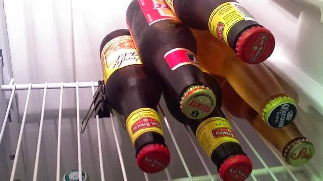 Menahan Botol di Kulkas