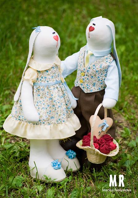 Пара влюбленных зайчиков с цветами и сердечком. Игрушки ручной работы от Марины Росляковой. Hande made.
