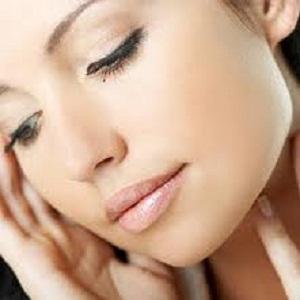 Gambar wanita merawat kulit wajah cantik dan ayu berseri