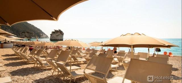 Vista dalla spiaggia dell'Hotel Baia Dei Faraglioni a Vieste - Foggia
