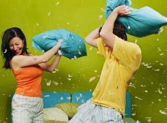 كيف تظهرين الاعجاب والحب لزوجك وسط مشاغلك اليومية - معركة الوسائد المخدات رجل امرأة يتعاركان يتشاجران -  man woman romantic pillow fight