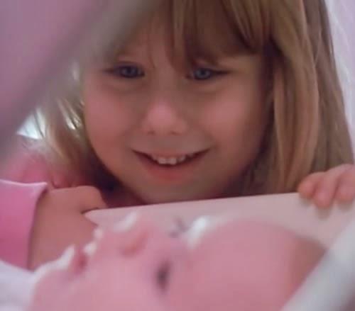 Emocionante campanha do amaciante Mon Bijou que apresenta o primeiro contato da garotinha com seu irmão recém-nascido.