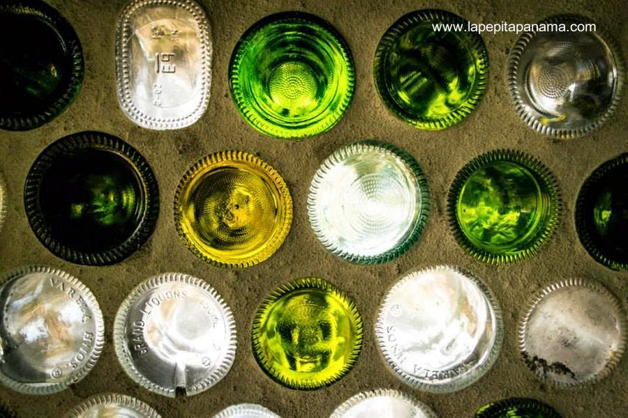 Detalle de un muro levantado con botellas de vidrio unidas por una mezcla con cemento