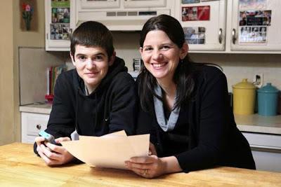 Greg Hoffman y su mamá con 18 condiciones iphone