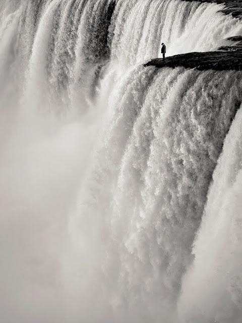 Mand på kanten af vandfald