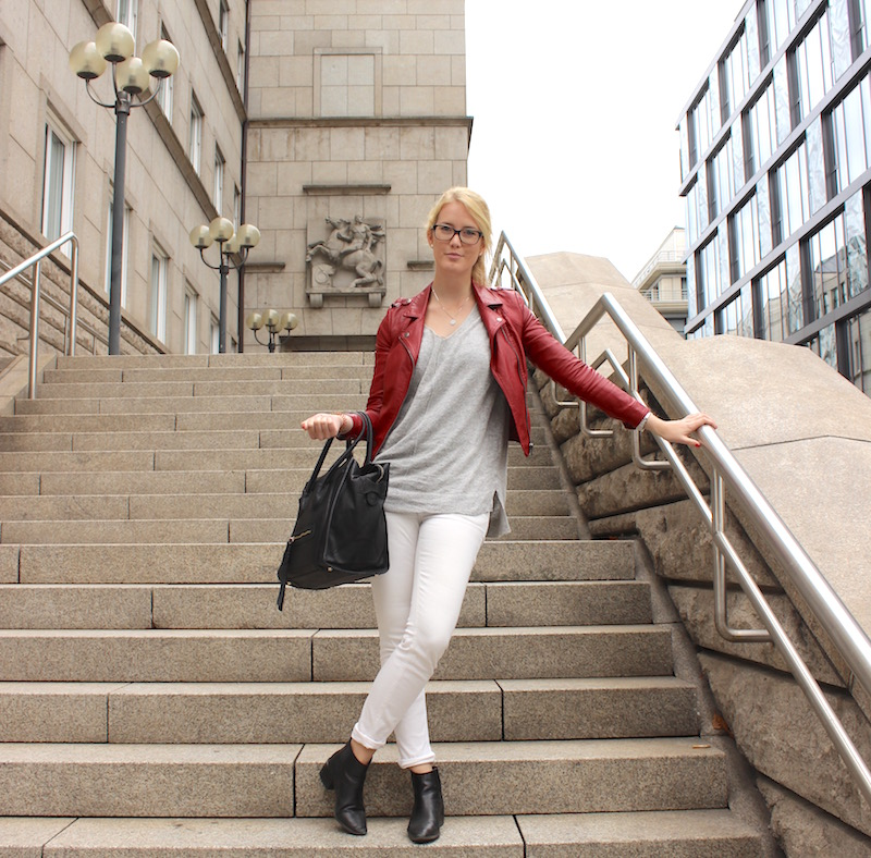 How to Style Leder Lederjacke rot Oversize Pullover Spitzentop Chelsea Boots