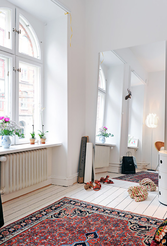 Decor trend: Floor mirrors | Image via Alvhem.