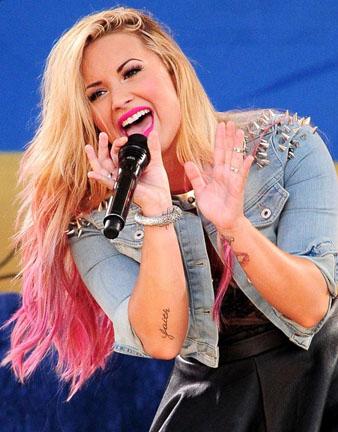 Demi Lovato sarı pembe dalgalı saçlar