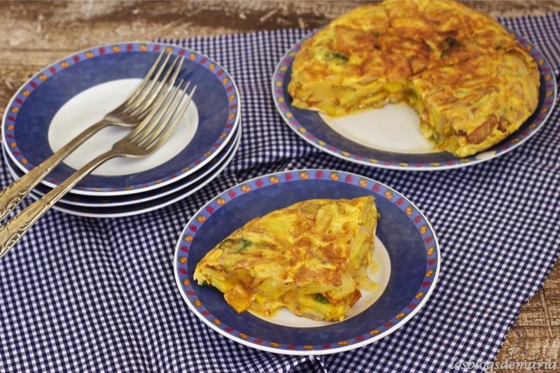 Tortilla de patatas, pimientos y cebollas