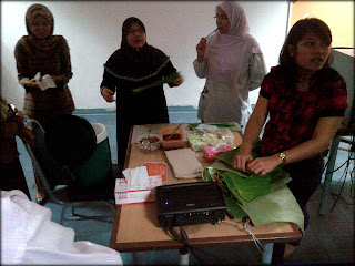ladies explain to student  how can they make Malaysian  traditional food