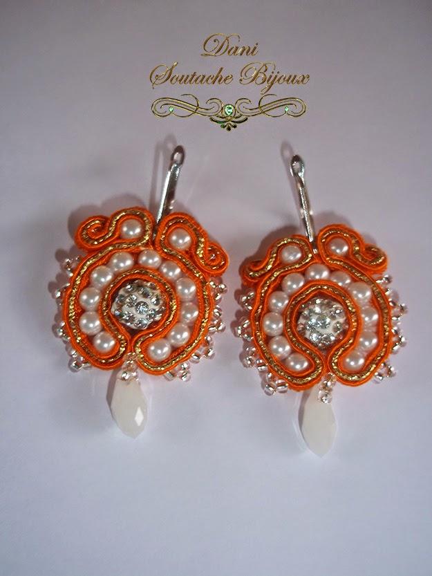 Brincos em soutache laranja e dourado com pérolas de vidro e miçangas jablonex