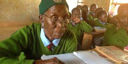Nenek Ini Pelajar SD Tertua Berumur 90 Tahun
