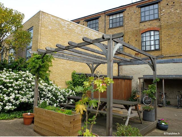 salon de jardin blanc table bois cour résidence Londres Dalston