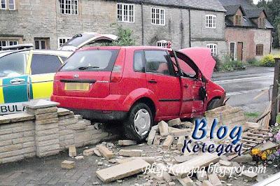 gambar kereta kemalangan