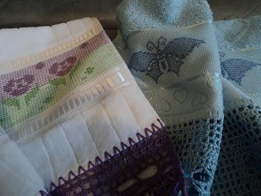 Toalhas de lavabo com ponto oitinho e crivo e barrado de crochê