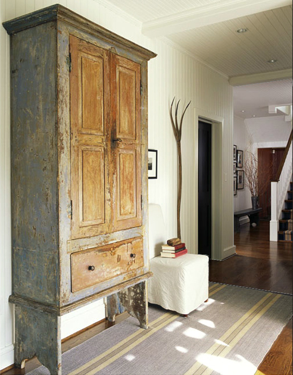 decorar con muebles antiguos-armario pintura decapada-antique wardrobe