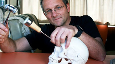 doctor haciendo lobotomia a un craneo de esqueleto