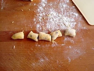 Castagnole al cioccolato: tagliare ogni cordoncino in pezzetti