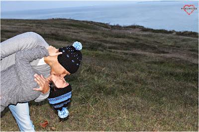 Imagen que muestra una pareja besándose con dos gorros de lana