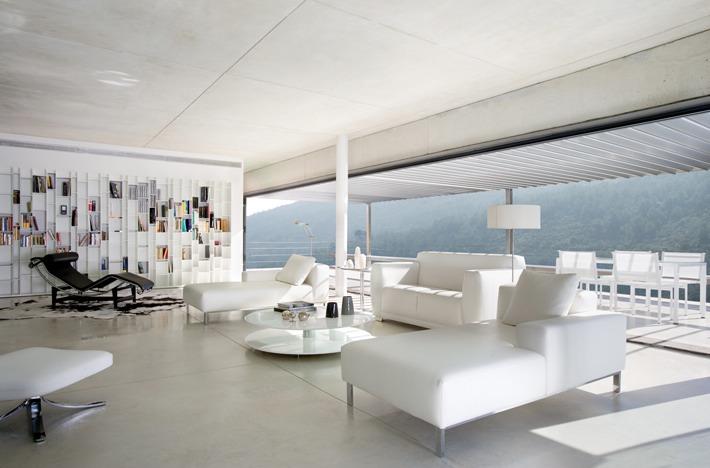 Una casa con paredes de cristal a house with glass walls for Casa minimalista cristal