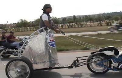 Μοτοσυκλέτα με άρμα εθεάθη να κυκλοφορεί σε δημόσιο δρόμο!