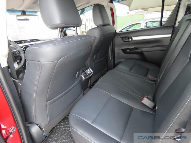 Toyota Hilux SRX A/T 2016 - espaço traseiro