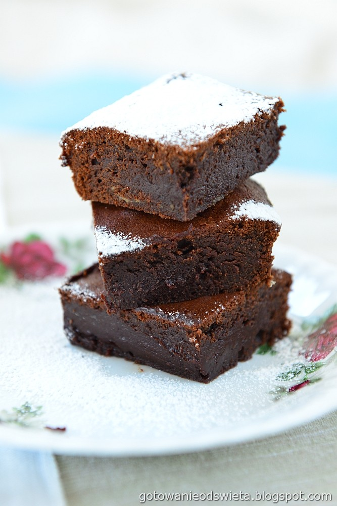 brownie z cukrem pudrem