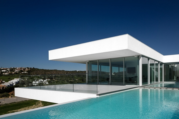 Facade of Modern Villa Escarpa by Mario Martins