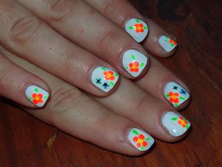 manicura fluo con flores