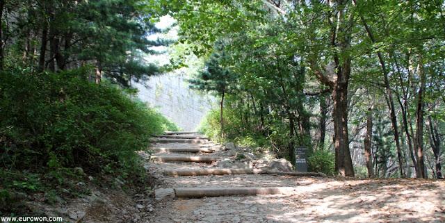 Subida a Bugaksan en el parque Waryong de Seúl