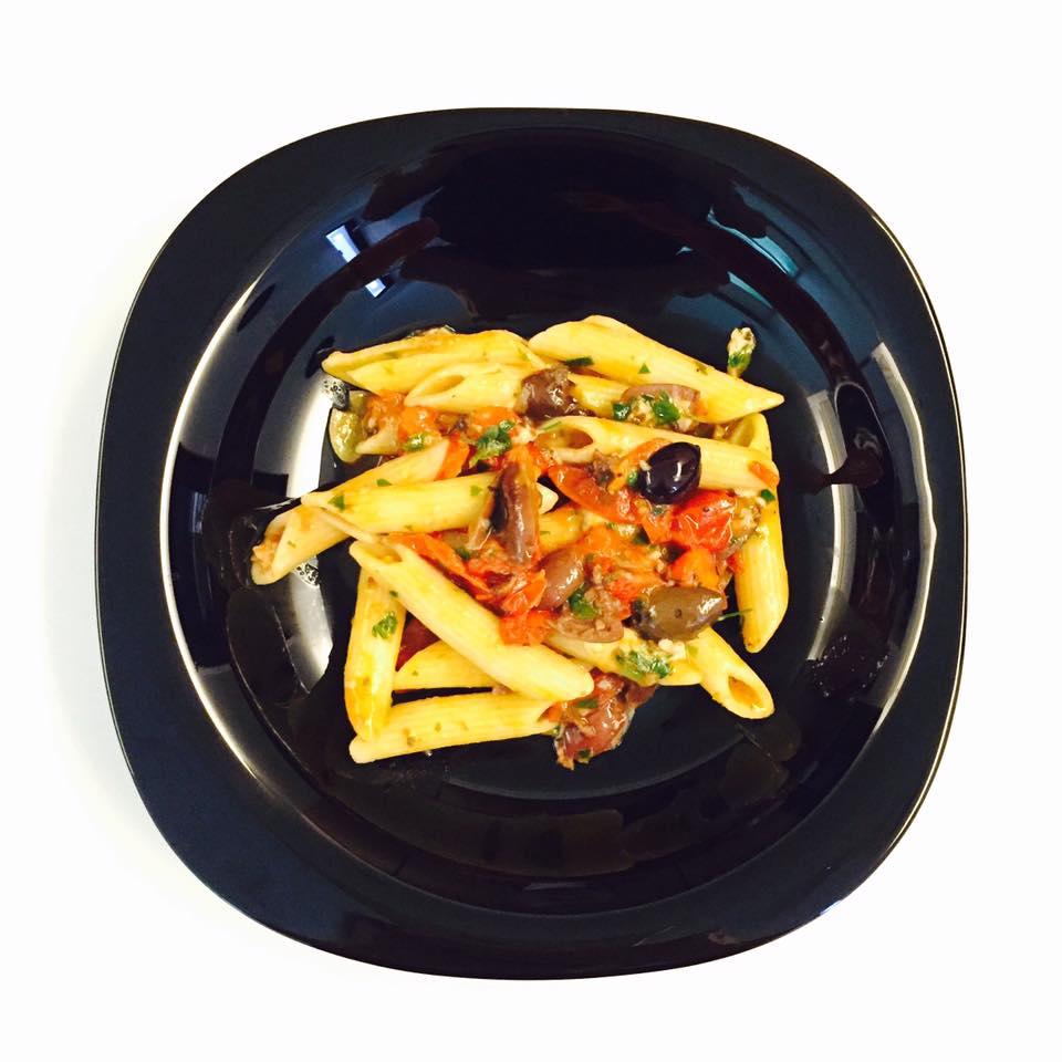 碩人其頎 Chichi the Tall and Fair: 0226 天穿 水波鮭魚與番茄橄欖筆尖麵