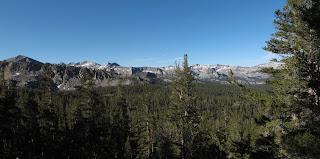 Blick zurück über das Glacier Valley; Goat Crest Saddle ist der Sattel links vom spitzen Gipfel
