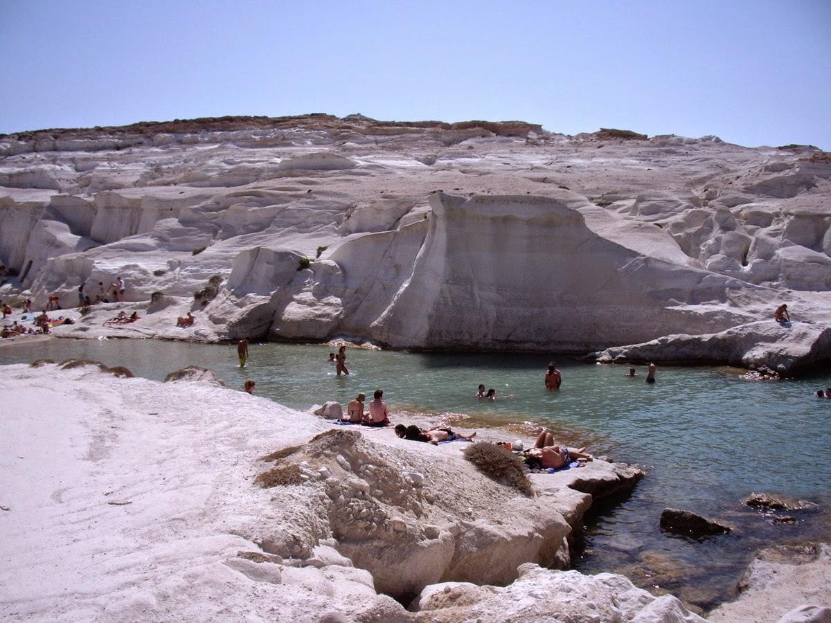 Пляж Саракинико по форме напоминает небольшой канал