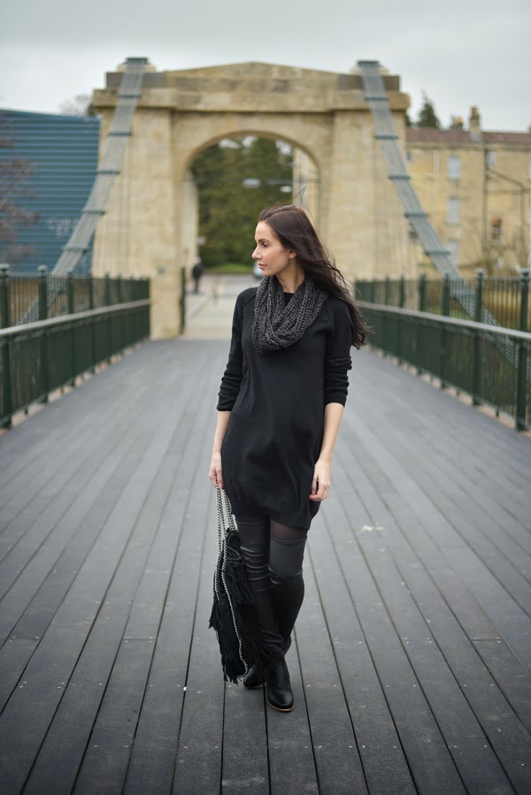 LamourDeJuliette_Black_Cashmere_Dress_Stella_McCartney_Falabella_FashionBlog_Overknee_Outfit_001