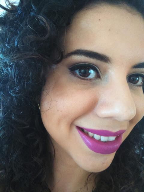 Foto minha usando o batom roxa da Vult, cor 62.