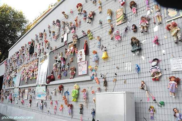 milano, muro di bambole contro la violenza sulle donne