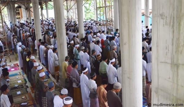 Shalat berjama'ah di Masjid Po Teu Meureuhom.