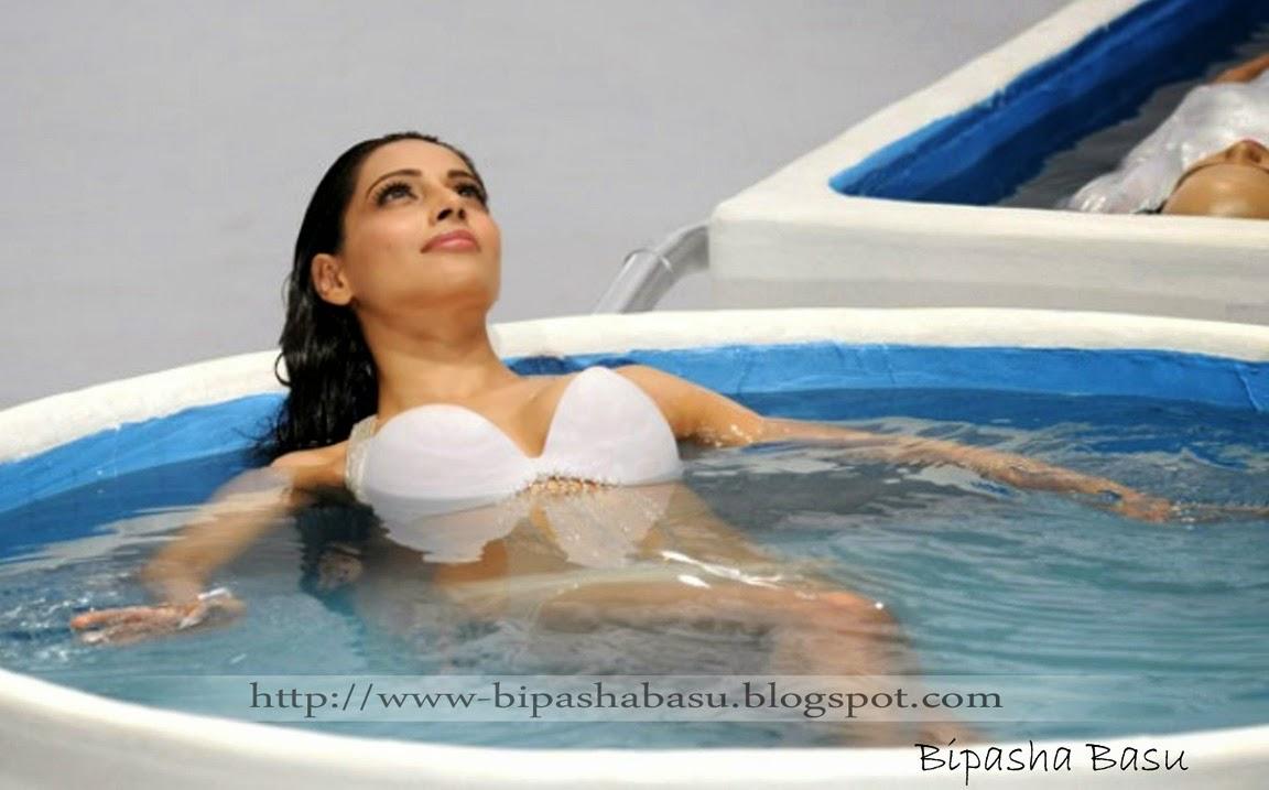 Hot Sexiest Huma Qureshi Bikini, Swimsuit, Photos Shoot