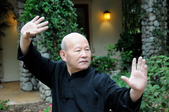 Qigong Master Generates Intense Heat from His Hands