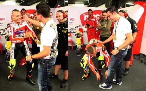 Foto Valentino Rossi Berlutut dan Cium kaki Xavi