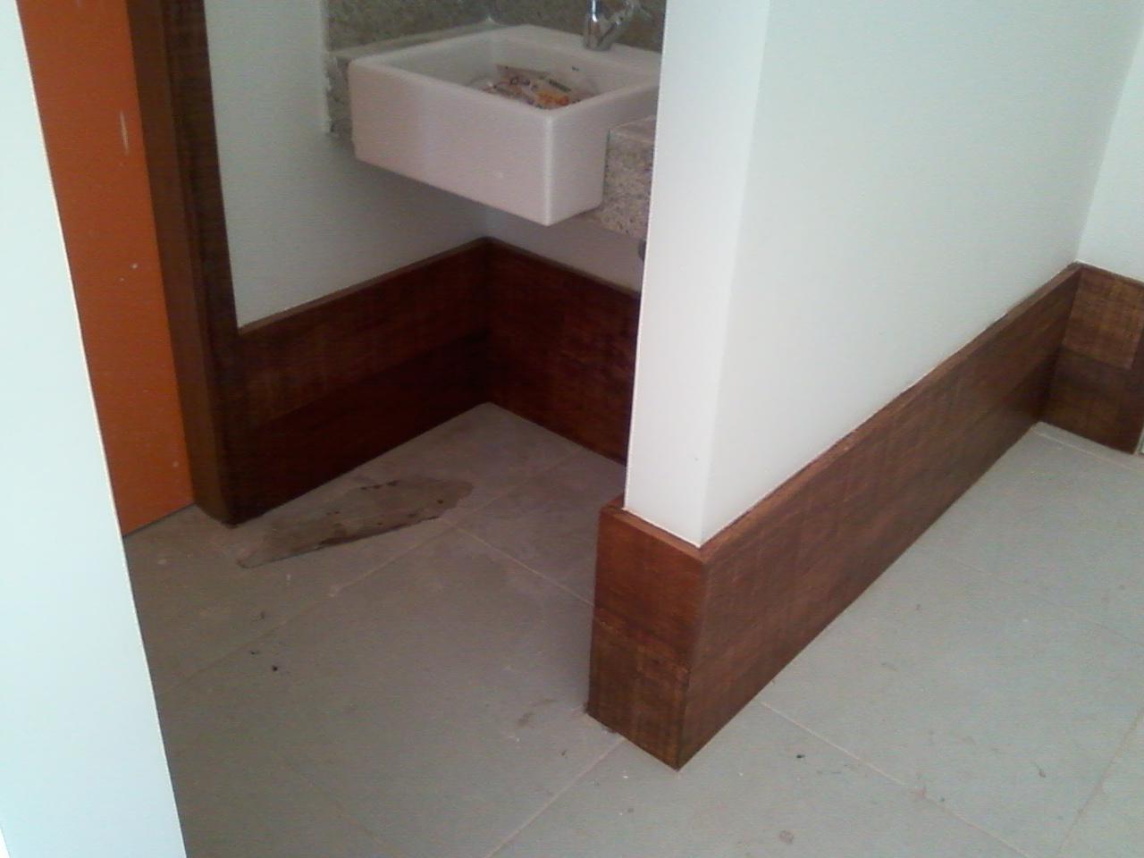 Marcenaria: Painél em madeira rodapé e mesa. #372018 1280x960
