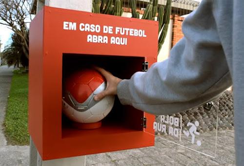 O resgate do prazer de jogar bola na calçada