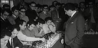Petrosian en Madrid, jugando 40 partidas de ajedrez simultáneas en 1971