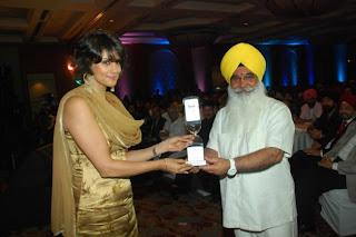 S Sewa Singh  Sekhnwan awarding Gul Panag