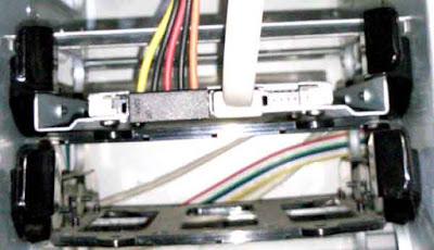 マウスコンピュータ製デスクトップパソコンMDV-ASG8300BのHDDベイの構造 3.5インチのHDDを黒いマウンタで固定した後に、 HDDベイへ固定する構造になっている  写真は、CSSD-S6T256NHG6Q取り付け完了後のもの