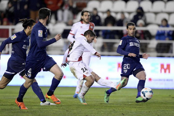 Rayo Vallecano player Iago Falqué scores his team's fourth goal against Málaga