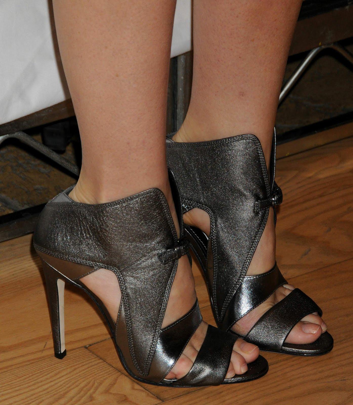 http://1.bp.blogspot.com/-jEn08fwF0f4/TgxtS2ZHtsI/AAAAAAAABGI/DjDlPITZspY/s1600/Gwyneth-Paltrow-Feet-441273.jpg